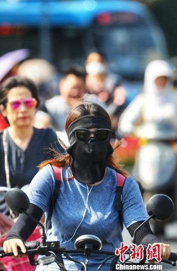 """图为""""防晒神器""""现身南京街头。 泱波 摄"""