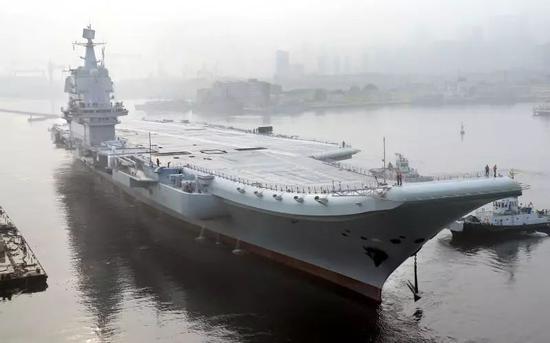 ▲5月3日,中国首艘国产航母离开大连港码头,进行海上航行试验。(新华社)
