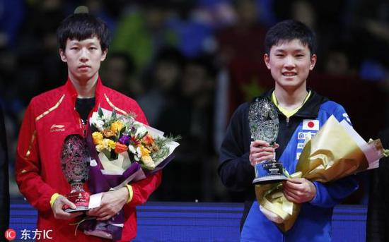 张本智和(右)夺冠创历史。 本文图片 东方IC