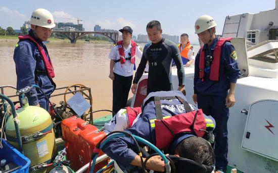 蛙人正在船舶上参与救援。来源:河源海事局
