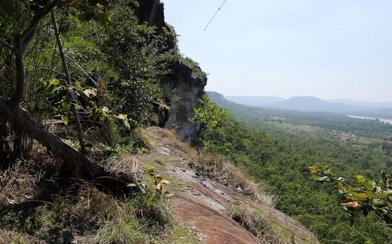 """王女士在泰国坠落的悬崖。新京报""""我们视频""""拍者 摄"""