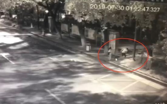 女子转身后男子跑开。监控视屏截图