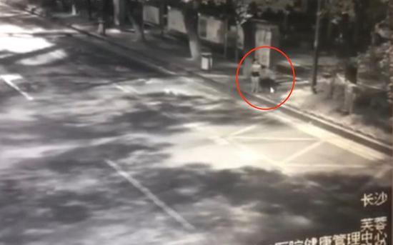 男子袭击女子臀部。监控视频截图