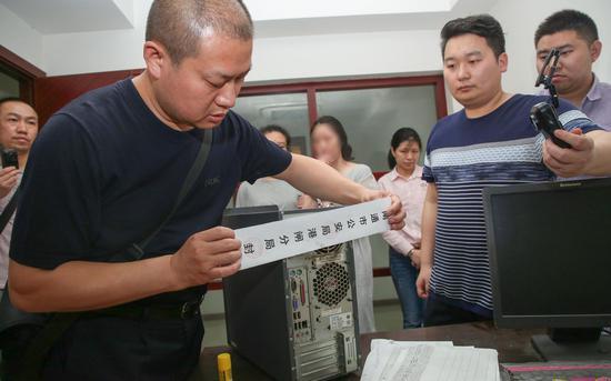 警方对涉案电脑进行查封。 受访者供图