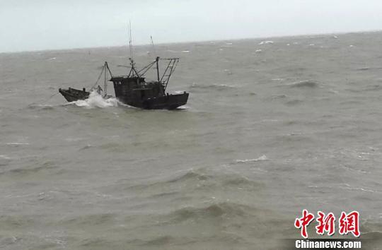 6日,因海上大风大浪,两艘渔船在连云港海域先后遇险。 连云港海事局供图摄