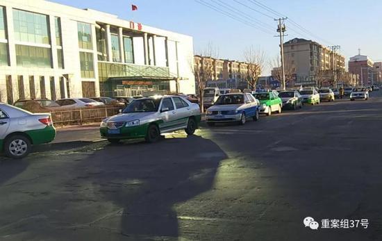 ▲12月28日,在甘南县街头排队等活儿的出租车。 新京报记者 赵朋乐 摄