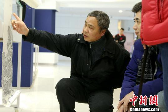 """上海市群众艺术馆为马一宝举办一场画展,取名""""一宝长卷""""。 王亚东 摄"""
