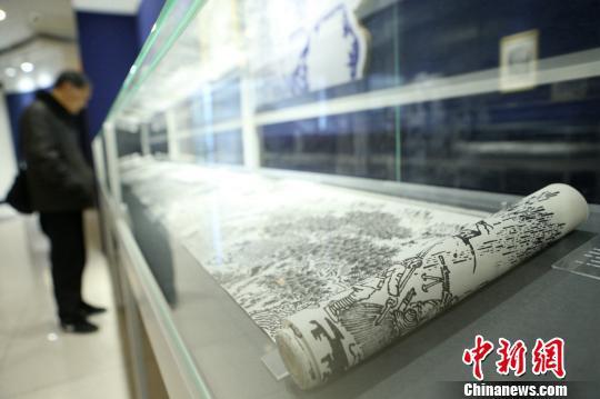 上海54岁保安画画10余年自学成才酷爱画长卷 。 王亚东 摄