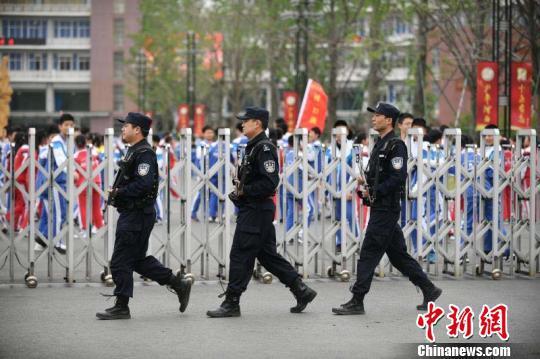 图为警方在校园门口巡逻。 江苏警方 供图