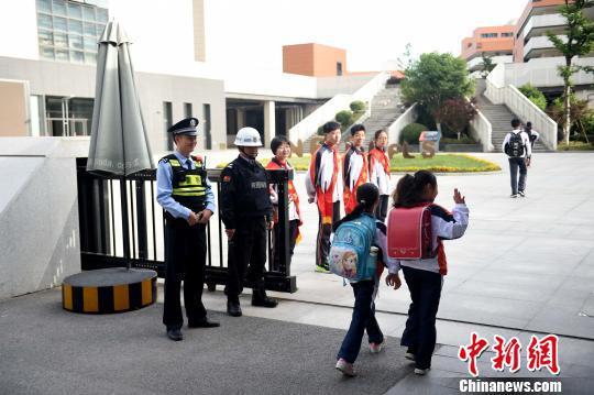 图为南京民警守护中小学校园。 江苏警方 供图