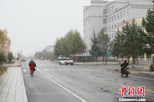 """""""中国最北城市""""漠河迎来今秋首雪 比去年提前25天"""