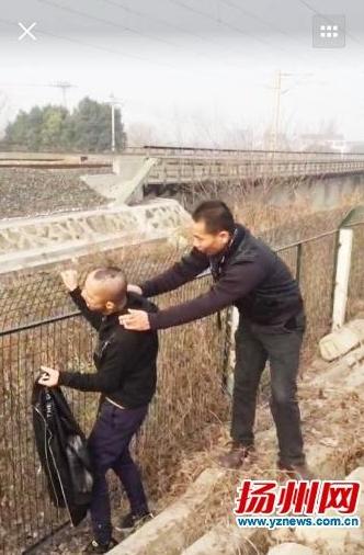 民警劝说男子离开(视频截图)