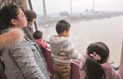 ▲跨越大胜关大桥行驶的宁和城际。