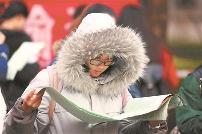 考生在常州大学考点复习。陈暐摄