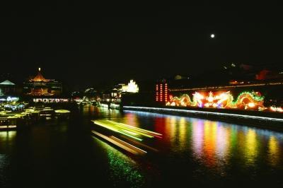 夫子庙的秦淮夜景,给中外游客留下难忘印象。 本报记者 徐琦摄