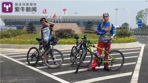 【吕旭东和他的骑行小伙伴在一起】