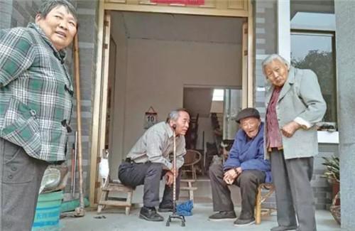 """黄健(左二)在和村民的访谈中。 本文图片均来自""""新华每日电讯""""微信公众号"""