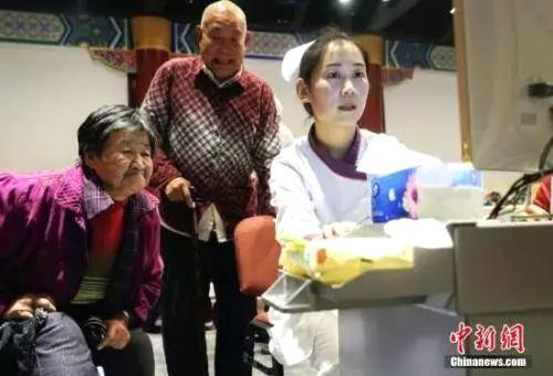 """资料图:重阳节期间北京发起""""关注老年人营养均衡快乐健康养老""""的公益活动。 中新社发谢云松摄"""