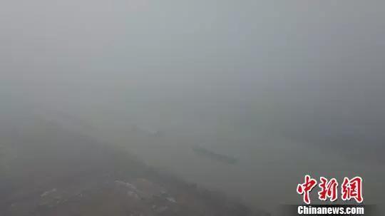 图为船只行驶在大雾弥漫的京杭大运河江苏扬州段。孟德龙摄