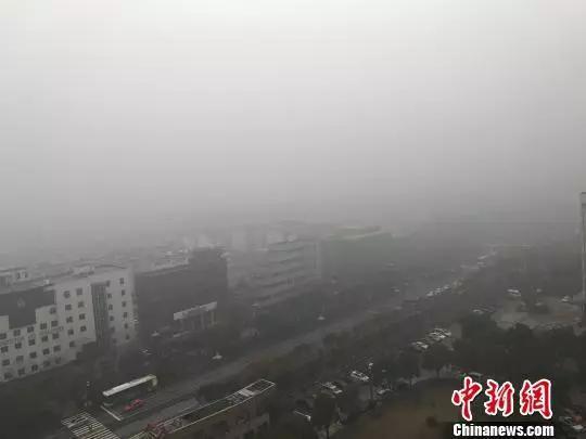 图为17日,古城扬州大雾弥漫。崔佳明摄