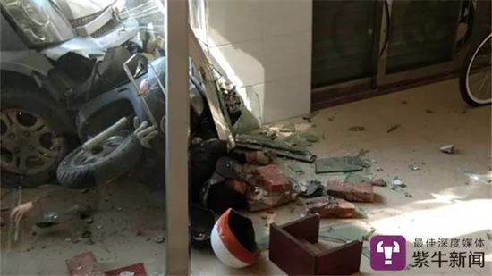 【面包车把门玻璃撞得粉碎,旁边有一辆摩托车,一个人被压在面包车下面】