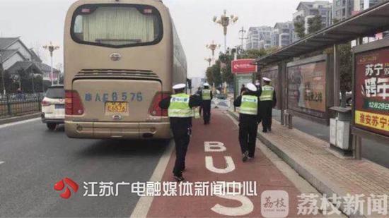 江苏省交警总队指令淮安交警部门迅速出击,成功拦截该车。