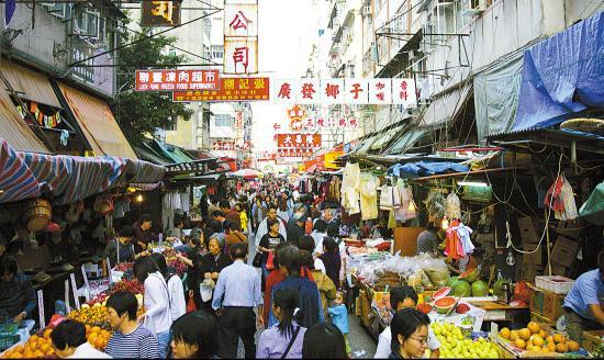香港居民区楼下的商贩被要求搬迁,但政府掏钱