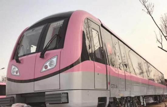 宁溧城际列车以粉红色为主色调。