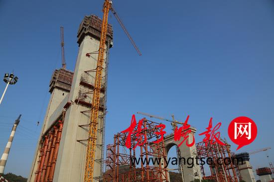 镇江长江大桥4、5、6号墩雄姿挺拔。