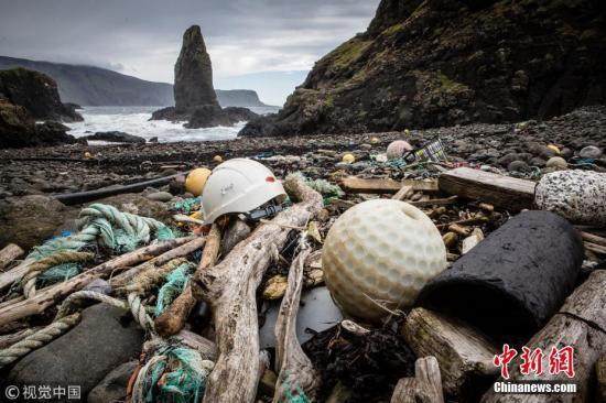 除了海水中,巴厘岛海滩上也堆积了不少垃圾。 图片来源:视觉中国