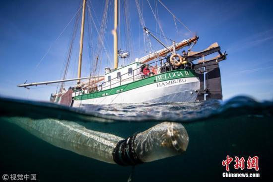 漂浮在巴厘岛水域中的塑料瓶。 图片来源:视觉中国