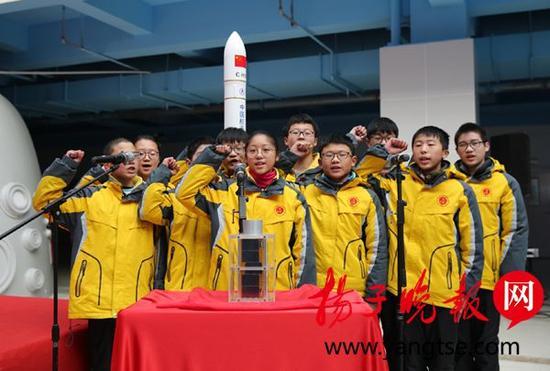 """参与""""淮安号""""恩来星的学生代表宣誓。 咸高军 摄"""