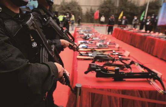 展示收缴的部分非法枪爆物品。