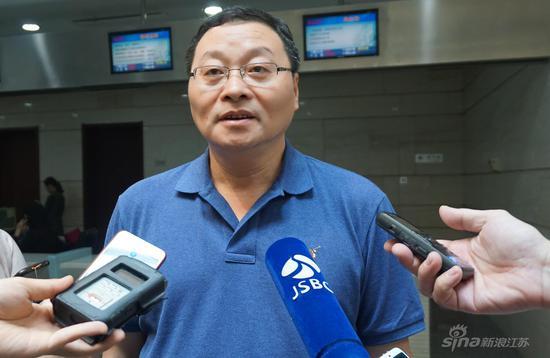 南京市台胞服务中心、南京市台商投资保护和促进服务中心主任赵岗接受媒体采访
