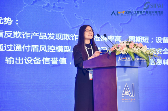创业邦研究中心总监 许明霞宣读获奖名单
