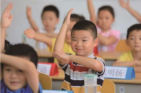 新生学习举手。新华报业视觉中心记者 刘莉 摄