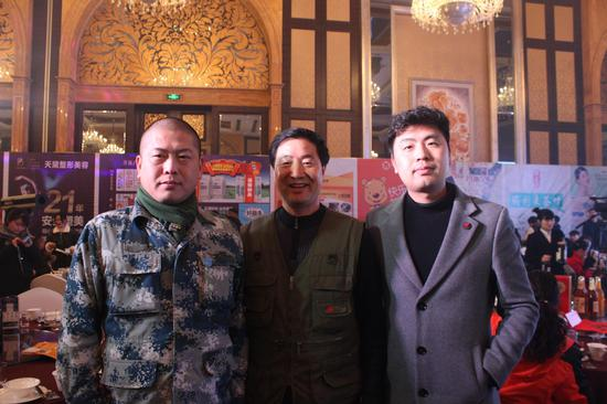 从左至右,蓝贝雷协会何富强、黄河救援队王爱东、新浪宿迁周重生