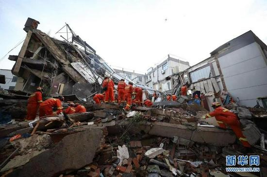 消防救援人员在现场进行搜救(7月12日摄)