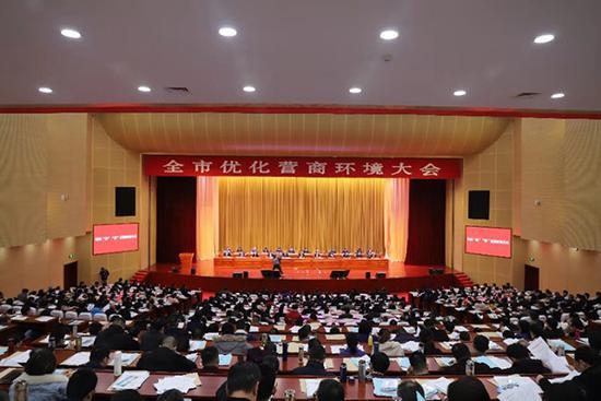 江苏泰兴召开两千人大会,聚焦优化营商环境。 泰兴官方供图