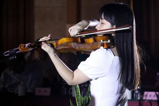 南京艺术学院音乐学院钱欣然同学现场演奏小提琴曲《奉献》