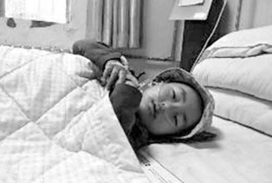 2岁6个月的小汤圆躺在医院病床上