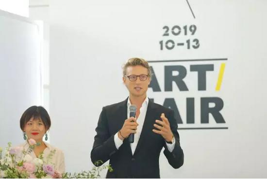 维尔潘画廊联合创始人亚瑟•德•维尔潘先生代表参展画廊介绍参展作品