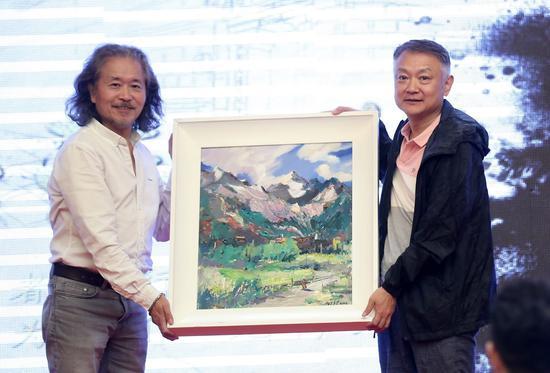 油画家丹珍多吉向导演欧阳奋强赠送油画精品《雪域藏家》