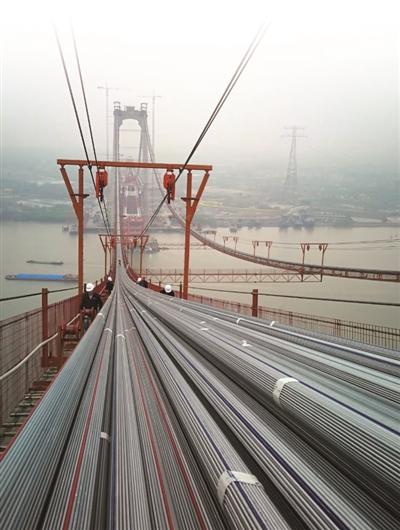 ▲组合而成的主缆正式架设成功。