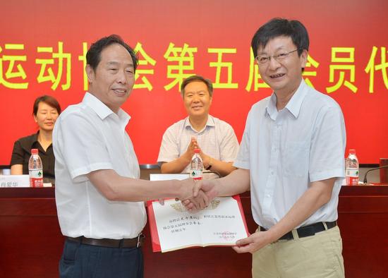 省体育局副局长刘彤向四方游泳董事长史方度颁发会长聘书