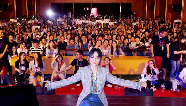 周笔畅南京校园谈唱会 畅聊人生分享青春力量
