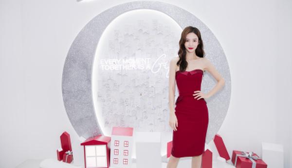人气女王金晨优雅现身南京 演绎圣诞浪漫法式风情