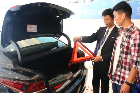专业讲师为陈先生讲解用车技巧