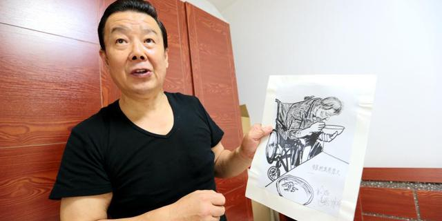 """六旬""""暖男""""为母画肖像200余幅"""