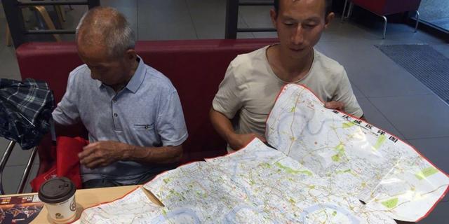 每天奔波12小时翻烂2张地图 孝子带78岁老父千里寻亲